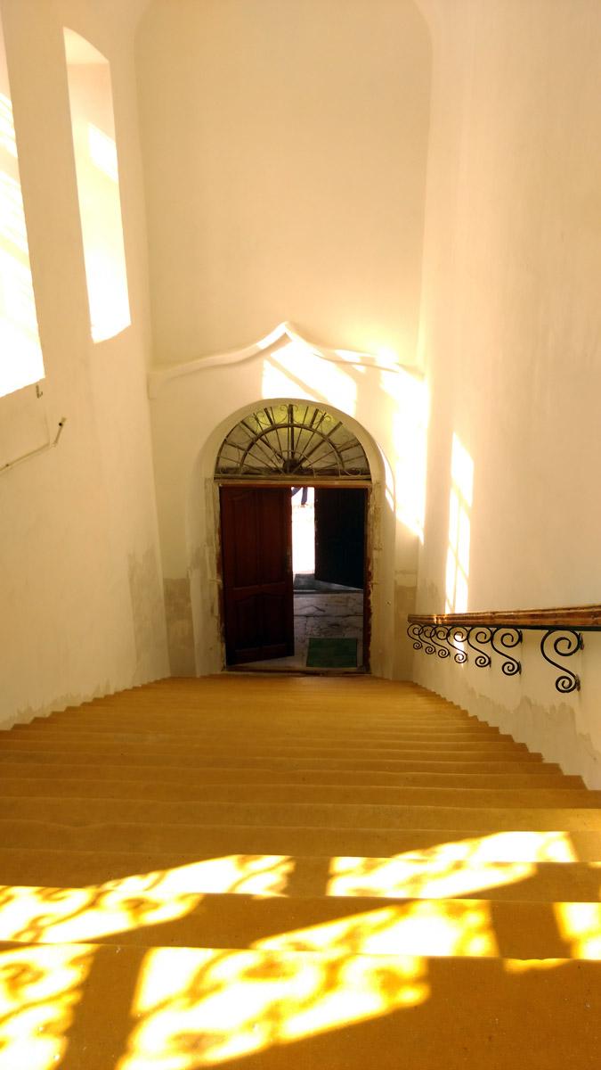 Белые стены, желтые ступени...