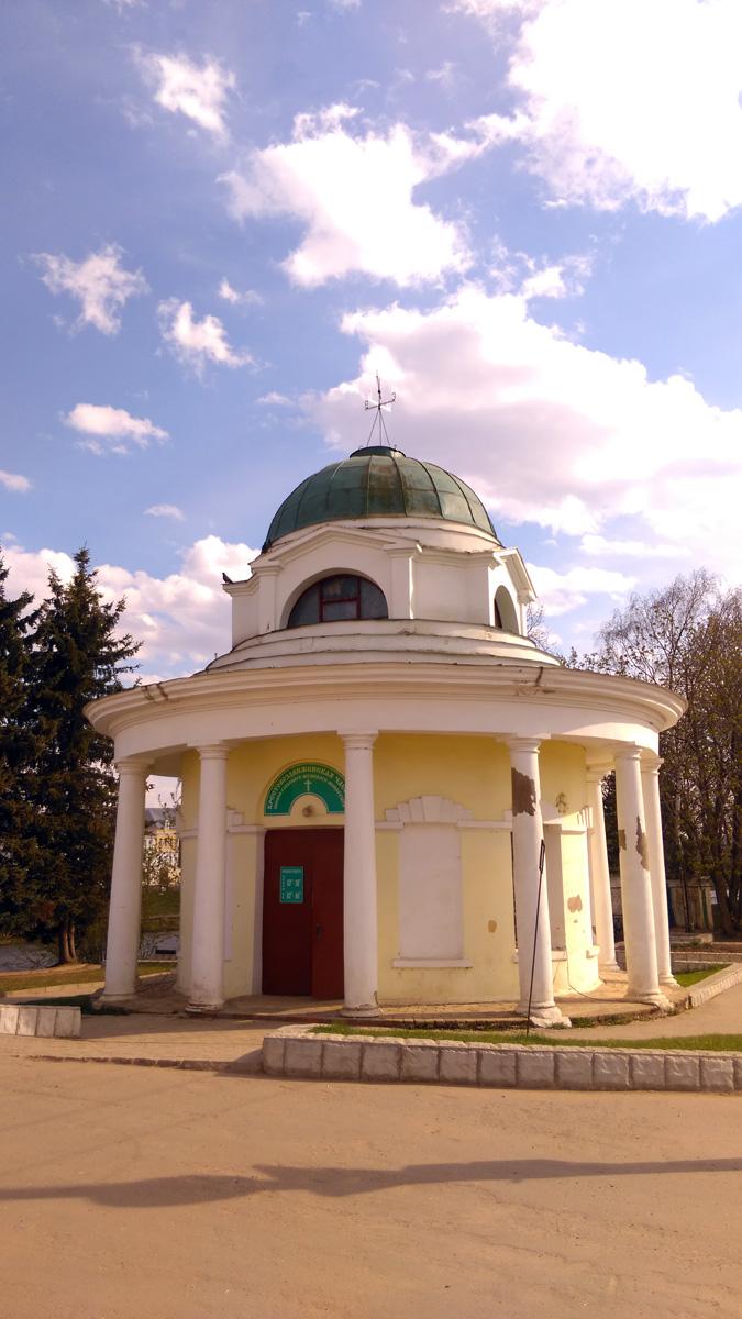 На площади прежде всего обращает на себя внимание Ротонда-часовня Борисоглебского монастыря. 1804 г., архитектор Н. А. Львов. Сейчас в ней церковная лавка. Как говориться, Свято место пусто не бывает.