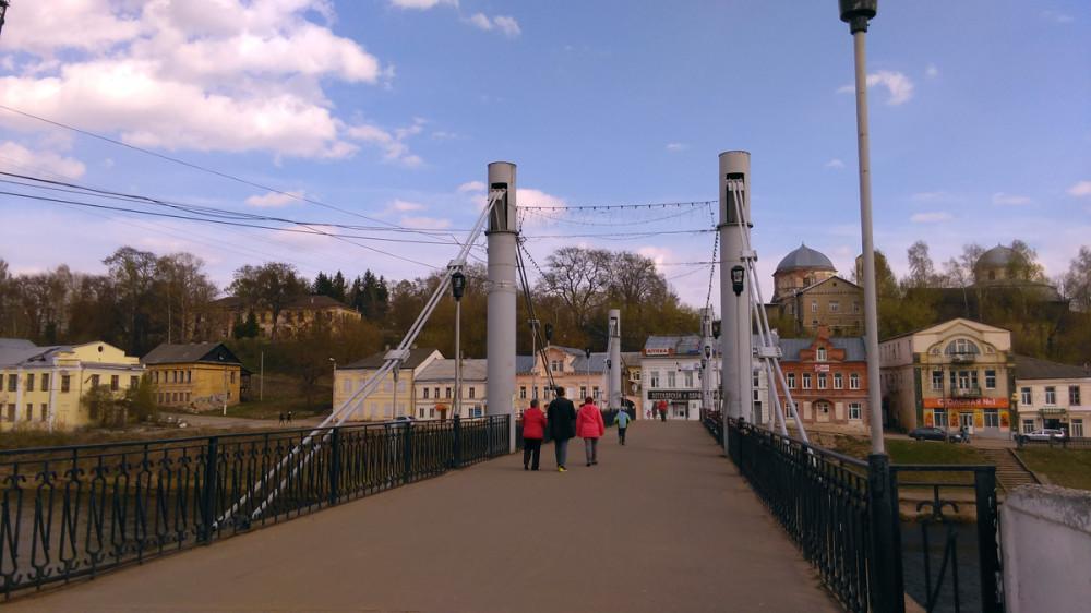 А вот и подвесной пешеходный мост. При нас два подростка на мотоциклах попытались по нему проехать, но мужчины гуляющие по мосту им объяснили, что мост все-таки, пешеходный.