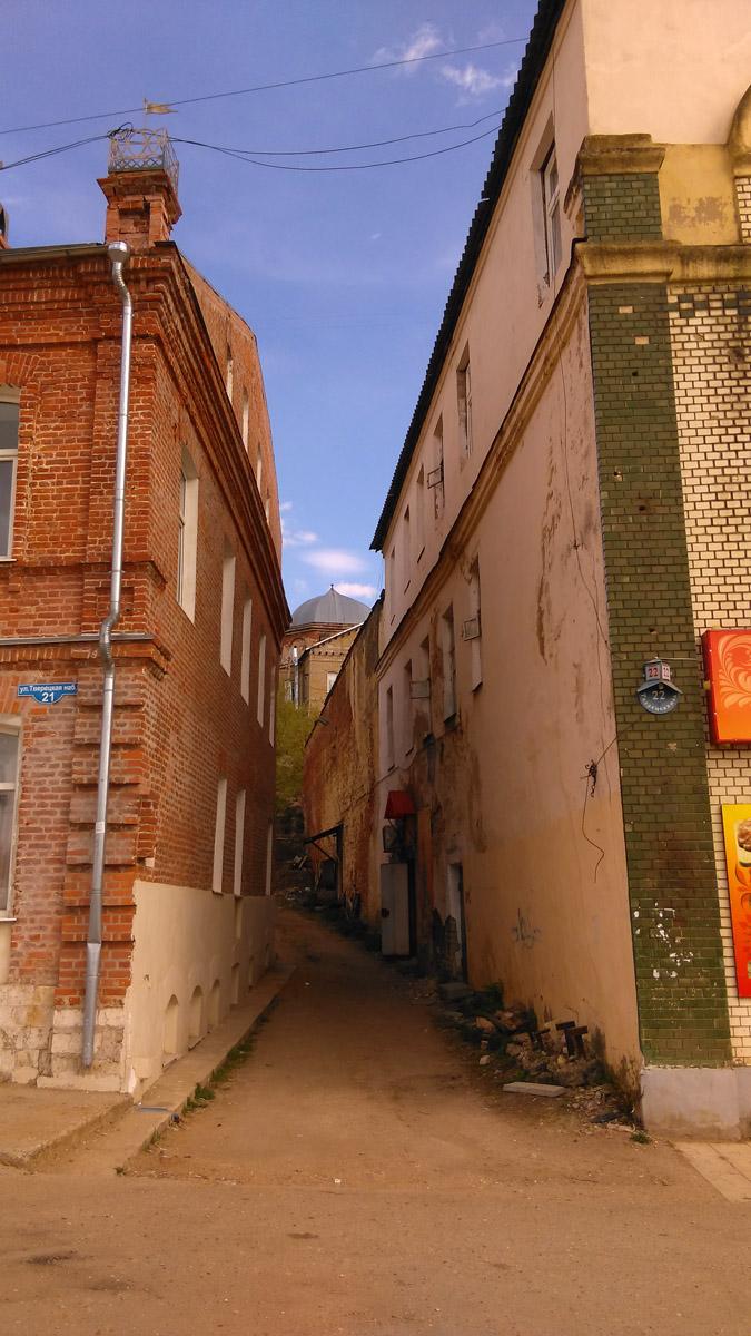 Между домов узкие улочки... По одной из них подымаемся к лестнице...