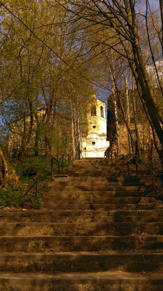 Лестница ведет на территорию бывшего Воскресенского девичего монастыря.