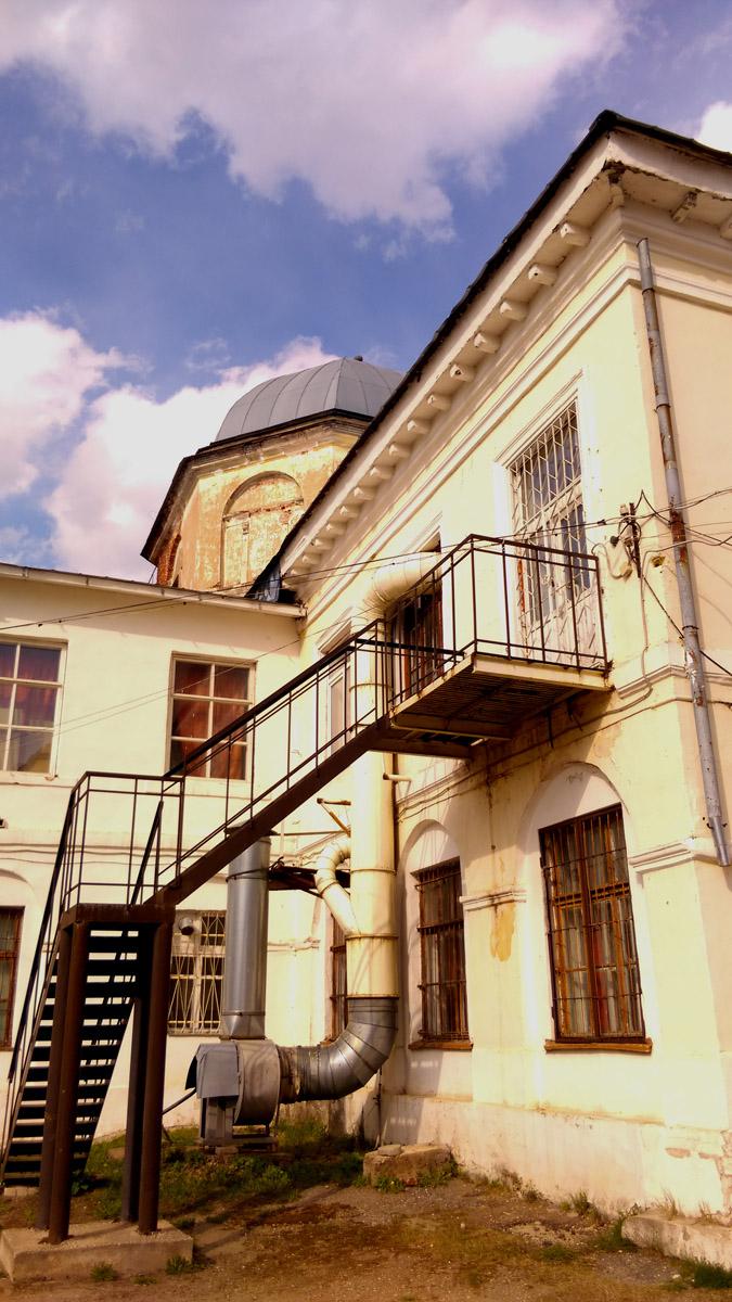 """Сейчас в бывшем монастыре расположена """"Торжокская швейная фабрика"""", часть построек используется под жилье."""