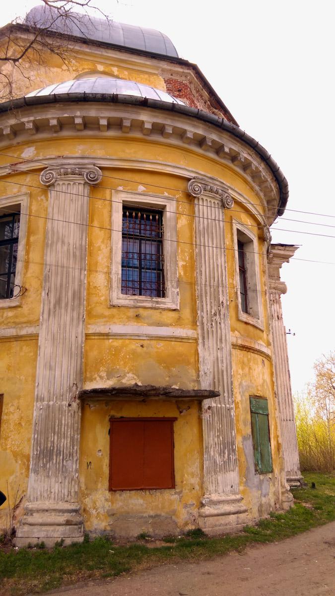Постройки монастыря переживают не самые лучшие годы, но выглядят очень харизматично...
