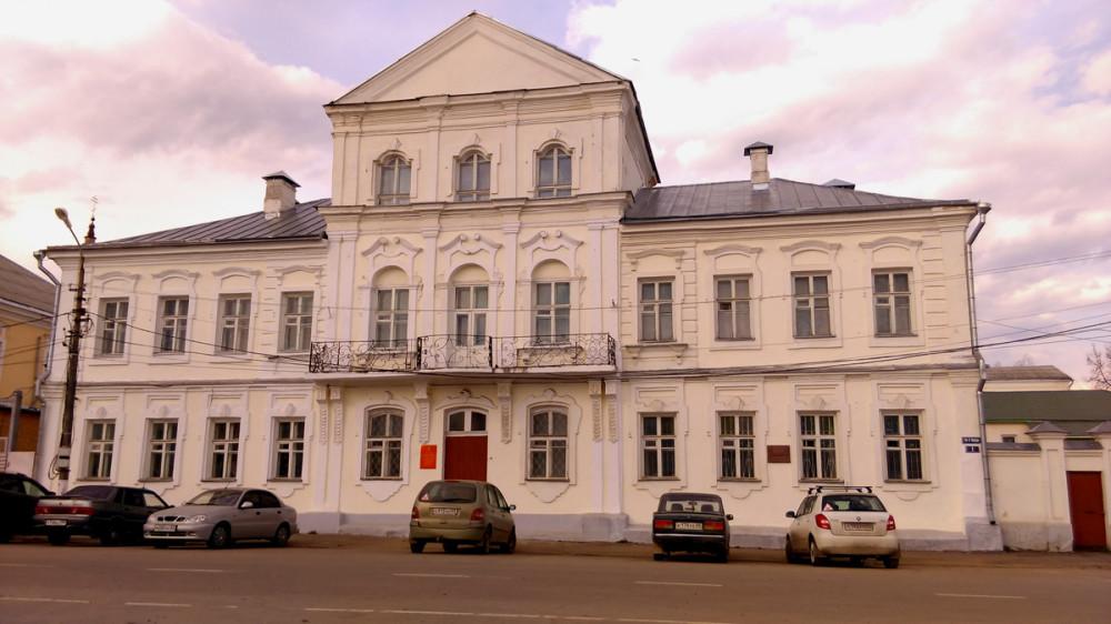 Снова идем через центральную площадь... Административное здание, бывший Магистрат. Построен в 1760-1770 гг.
