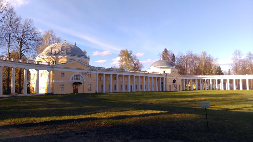 Северный флигель с каретной. Построен в 1780-90 гг. В 2007 г. после реставрации в этом здании открыта гостиница.