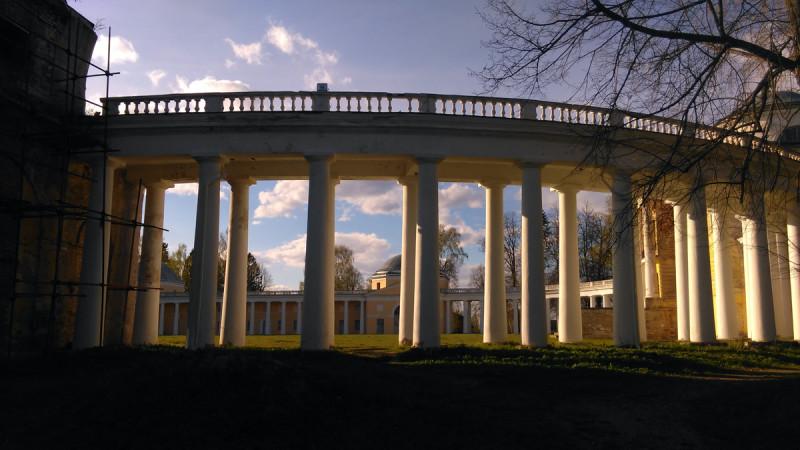 Вид от флигеля на колоннаду