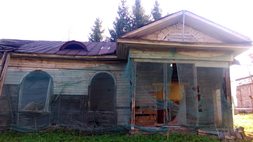 Сам деревянный дом в ужасном состоянии и тоже заброшен.
