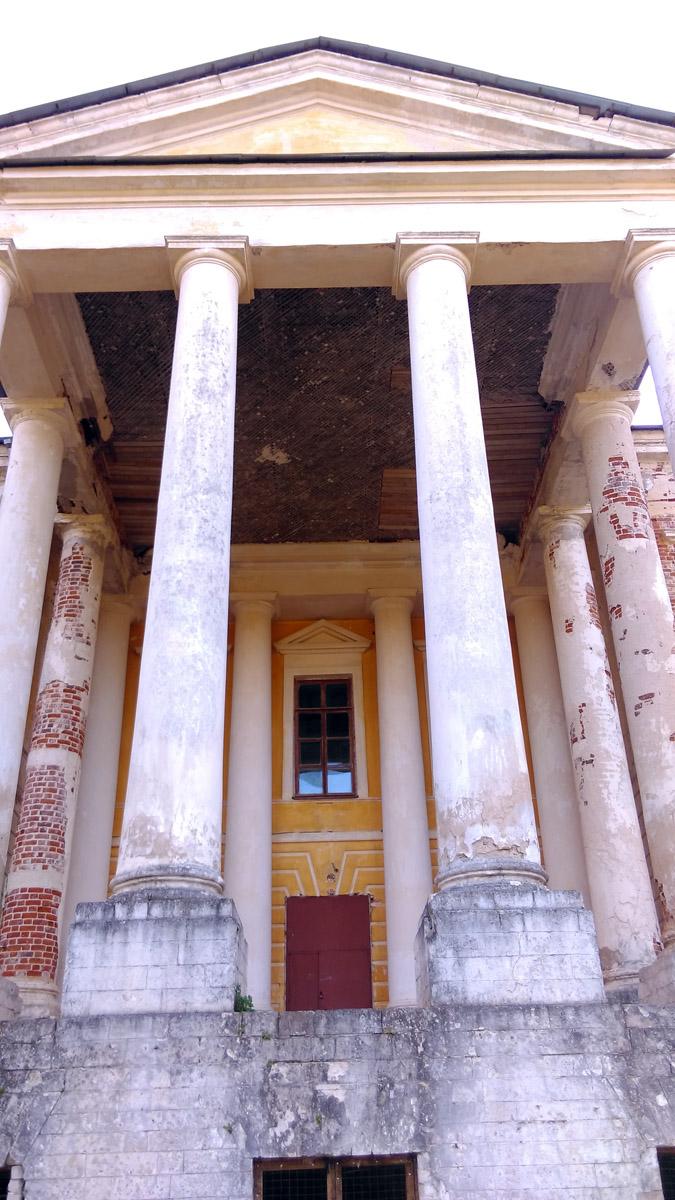 В дома частично сохранились интерьеры и настенные росписи. К сожалению, внутрь мы не попали. Двери закрыты.