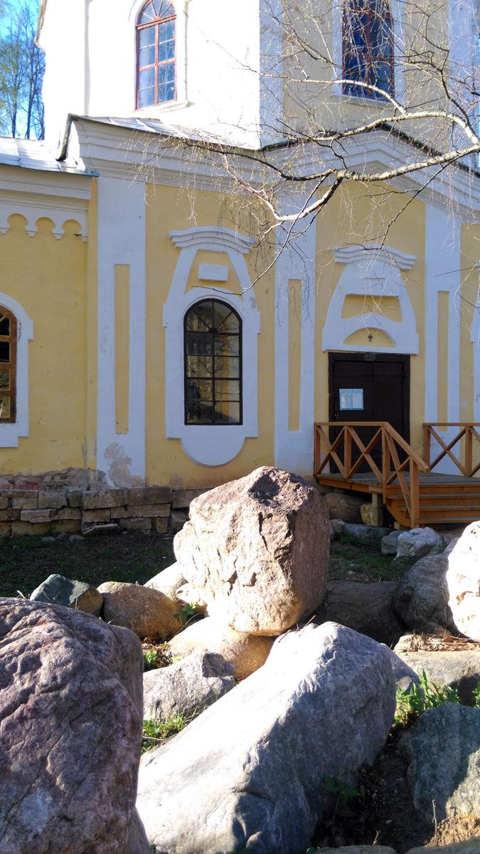Церковь погоста Рая построена в 1770 г. «тщанием генерал-аншефа Ивана Фёдоровича Глебова». В настоящее время церковь отремонтирована, но утрачены интерьеры и колокольня. Очень жаль, обожаю колокольни!