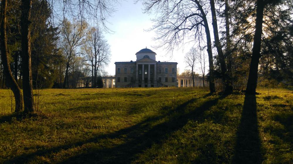 Главный дом и тени деревьев от вечернего солнца...