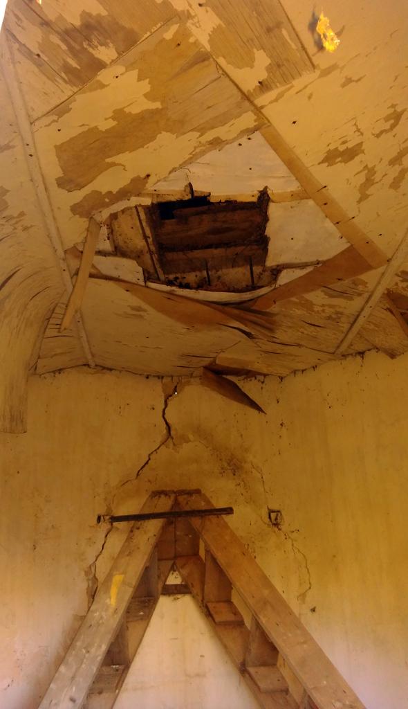 Внутри стремянка и обитый фанерой потолок...