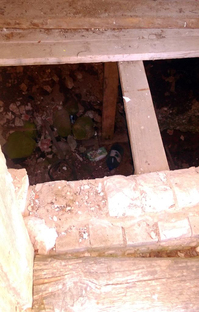 А вместо шахты колодца небольшая яма с мусором...