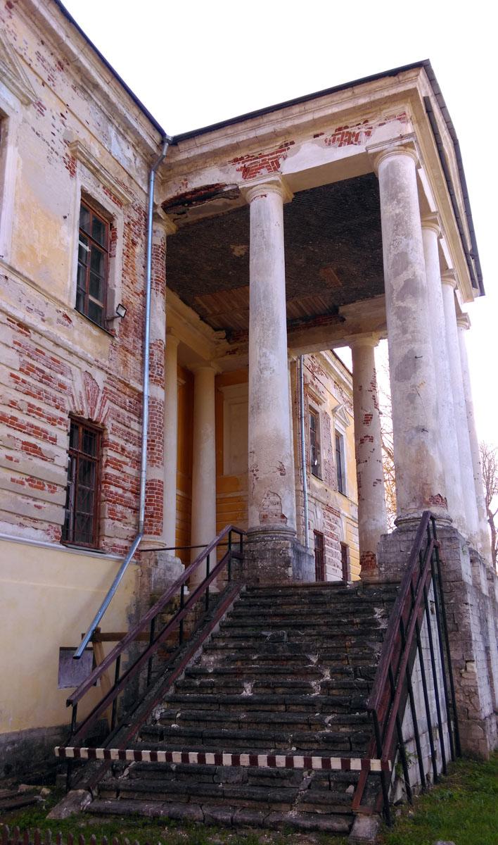 Главный дом построен в 1780–90 гг. Считается, что проект разработан Н. А. Львовым.