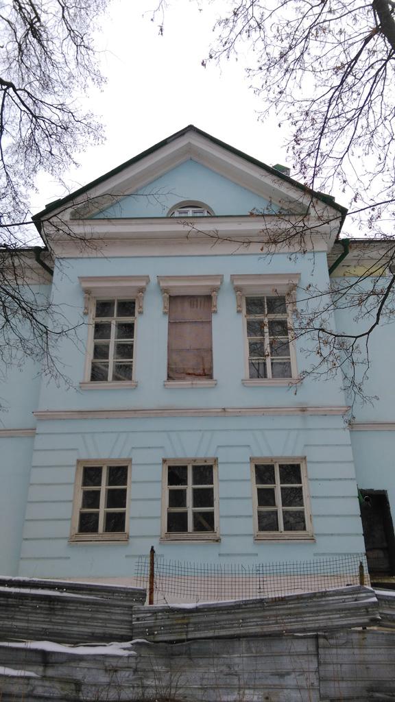Несколько лет назад были проведены большие реставрационные работы, но судя по внешнему виду, их не завершили и здание снова заброшено.