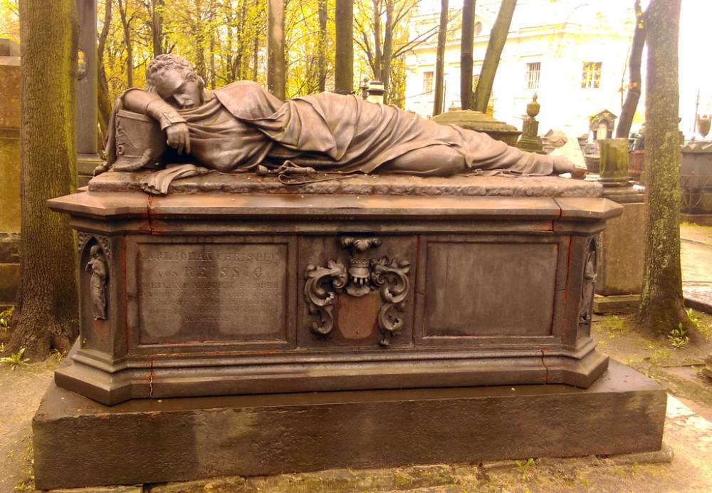 Могила Рейссига К.И. (1809-1839). Необычное надгробие, усопший капитан Семеновского полка изображен уснувшим..