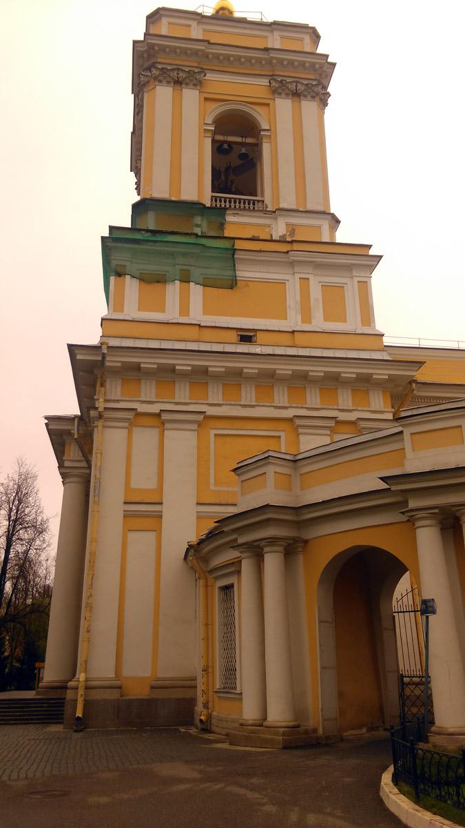 В 1782 году на одной из двух двухъярусных башен-колоколен установлены куранты; на другой башне был повешен 13-тонный колокол, отлитый в 1658 году для Иверского монастыря.