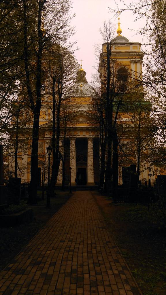 Митрополичья аллея перед Собором