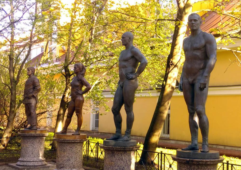 Напротив через дорогу расположена Комплексная школа высшего спортивного мастерства. А возле нее несколько скульптур нашим борцам.
