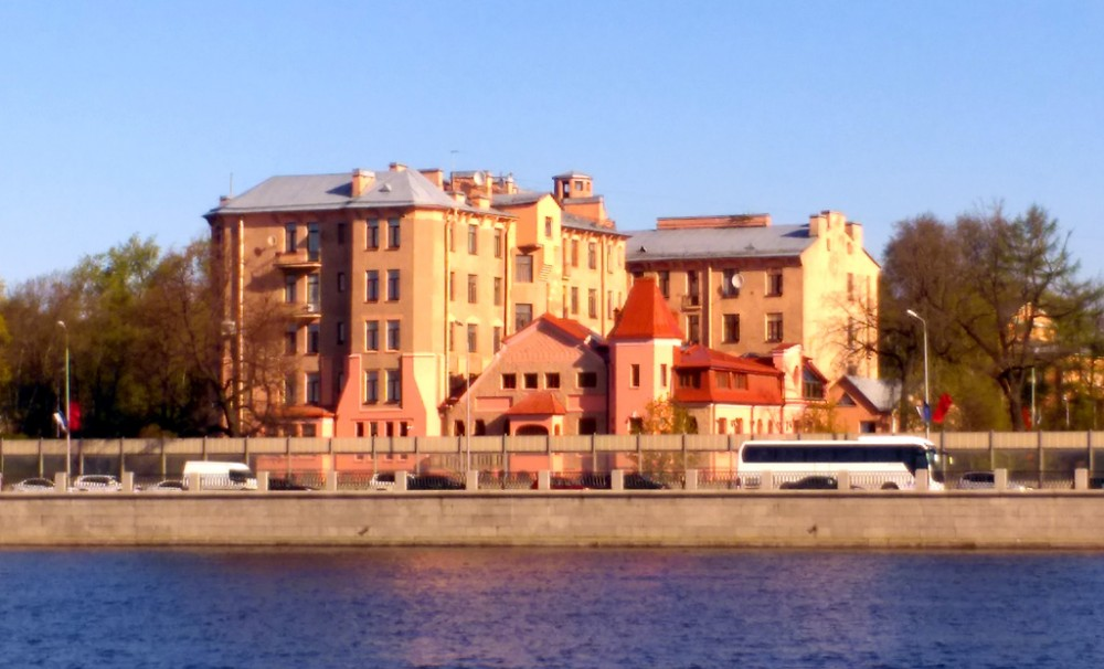 А напротив, на другом берегу виден Особняк и доходный дом А. К. Леммериха. 1908-10 гг. постройки.