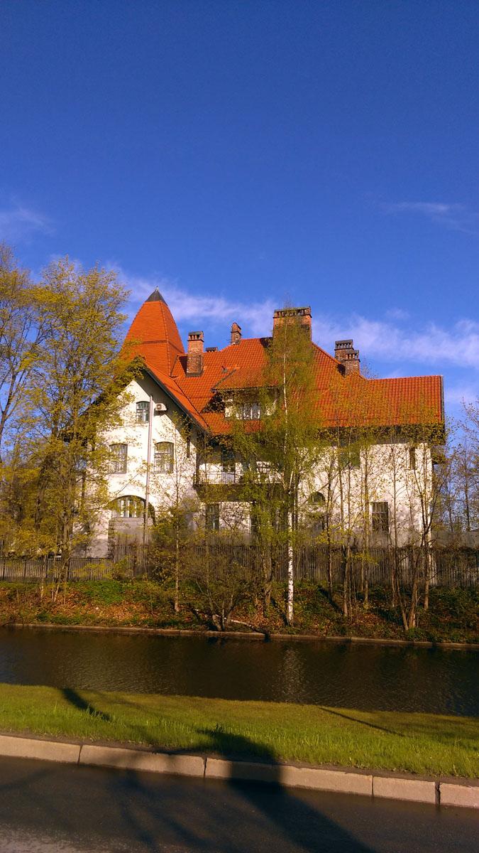 Дом швейцарского подданного, главы портновской мастерской Эдуарда Фолленвейдера поставлен у самой кромки канала.