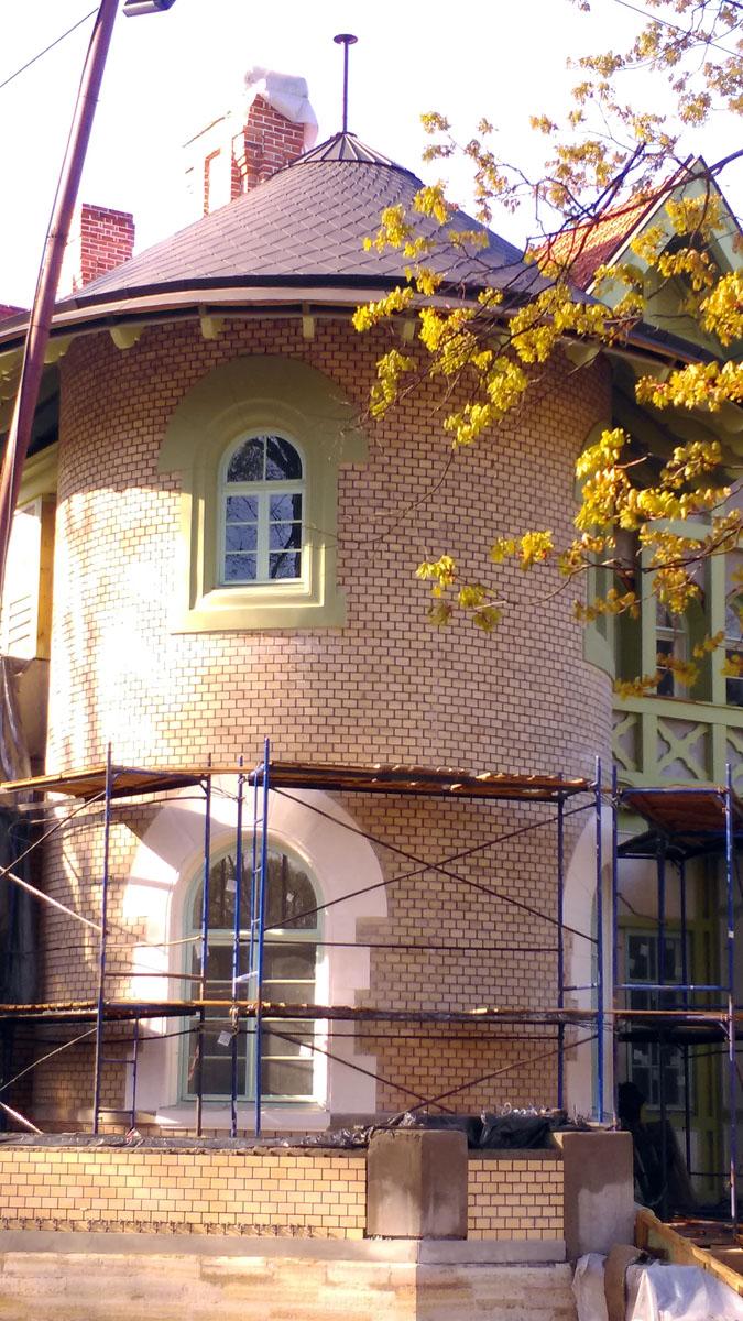 Потому, что напротив расположен Дом Ирэн Адлер... В 1983 г. здесь снимали фильм «Сокровища Агры» из сериала о Шерлоке Холмсе.
