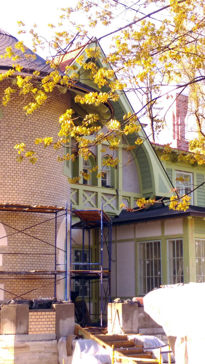 На самом деле, это Дачный особняк Е. К. Гаусвальд. Здание было построено в 1898 году в стиле модерн для жены булочного мастера Евгении Карловны Гаусвальд. Авторы проекта — архитекторы Владимир Чагин и Василий Шёне.