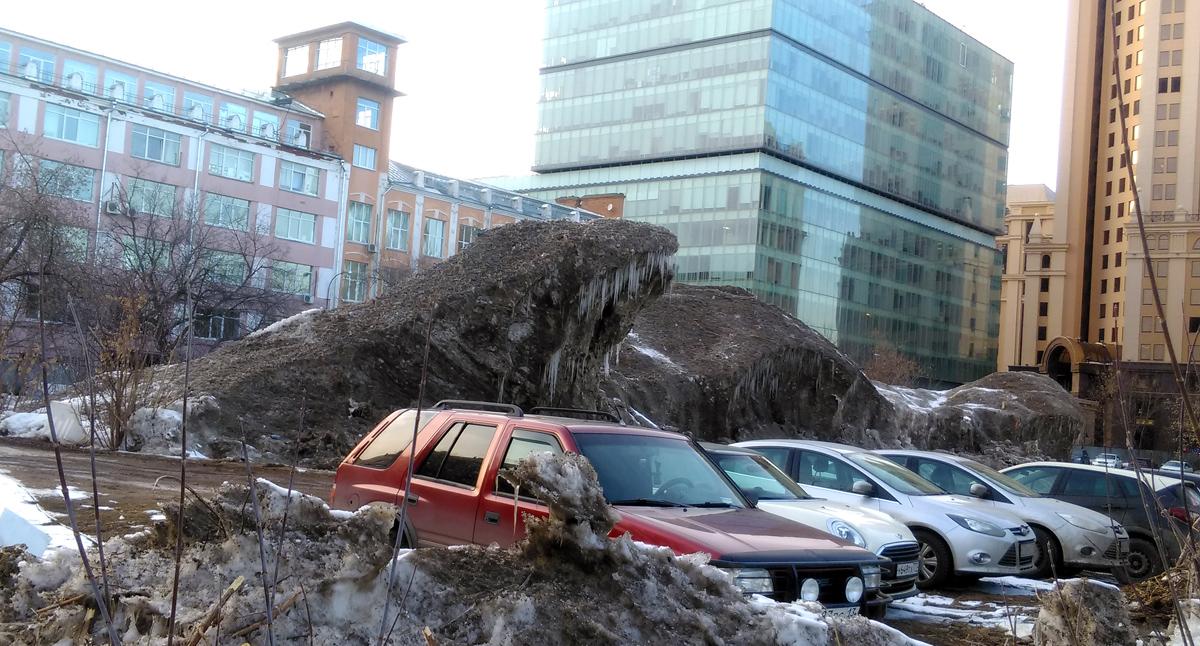 Снежно-ледяной монстр недалеко от Павелецкого вокзала показывает зубы.