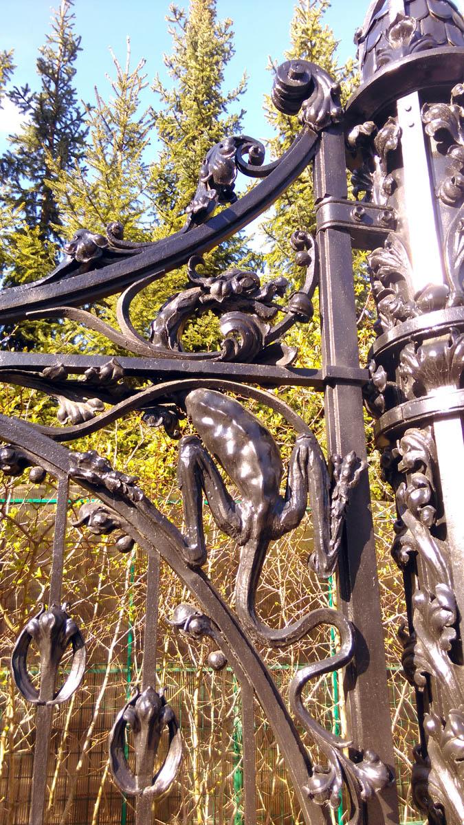 Ограда: 1911 - 1912 годы, архитектор К.К. Мейбом. Ограда очень красивая и высокая...
