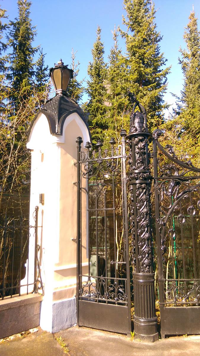 Но обитателю особняка ее мало. За исторической оградой еще забор из решетки и поликарбоната, и уже упомянутый лес из елок... Видимо, есть что скрывать... Или просто, страшно...