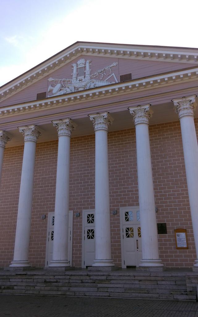 Напротив расположен Каменноостровский театр. 1827 г. - арх. С.Л. Шустов 1843-1844 гг. - арх. А.К. Кавос - перестройка здания.