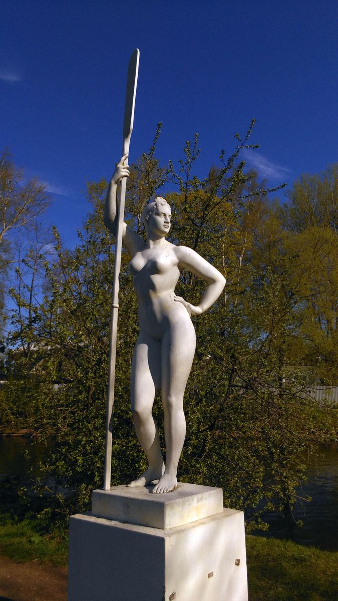 Гипсовая копия знаменитой скульптуры Ивана Шадра. Установлена 10 июня 2011 года.