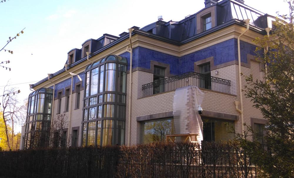 А это современный особняк, ему пару-тройку лет... Но глядя на него, сразу понятно, где черпал вдохновение его архитектор...
