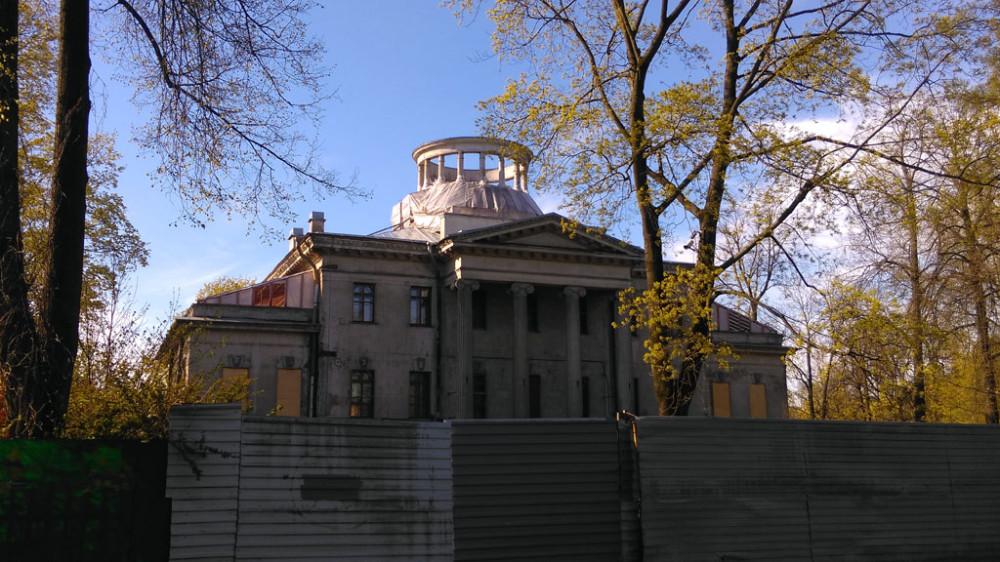 За очередным забором Особняк инженера С. Н. Чаева. Построен в 1913 - 1914 годах, архитектор Владимир Петрович Апышков. По проекту над колоннадой должен был быть купол, но его не построили.