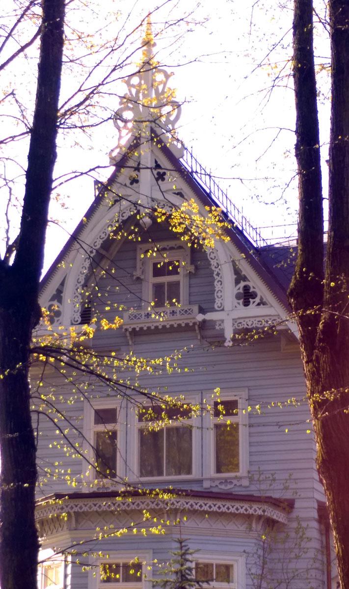 Деревянная дача П. С. Петровой, жены потомственного почетного гражданина, была построена в 1880-е годы ораниенбаумским придворным арх. Г. А. Прейсом. Тоже современная копия.