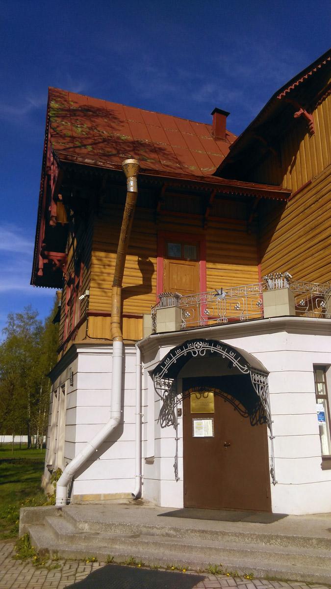 Здание построено в 1895 году по проекту архитектора К.Г.Прейса (он был главным архитектором Каменного острова) в качестве дома княгини М.К.Кугушевой.