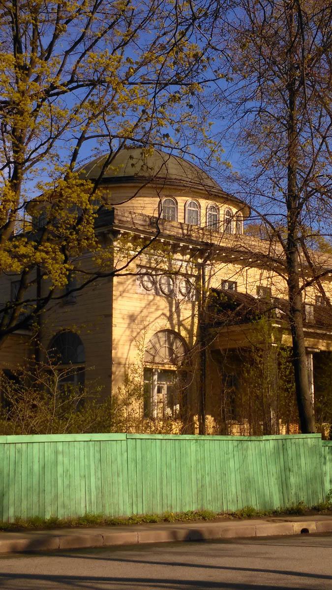 Дача князя В. В. Долгорукова 1831-32, арх. С. Л. Шустов.  В 1833 году, сразу после завершения строительства, была продана принцу Петру Георгиевичу Ольденбургскому.