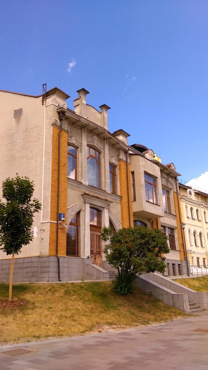 Красивый особняк на пересечении Олимпийского проспекта и Садово-Сухаревской улицы...