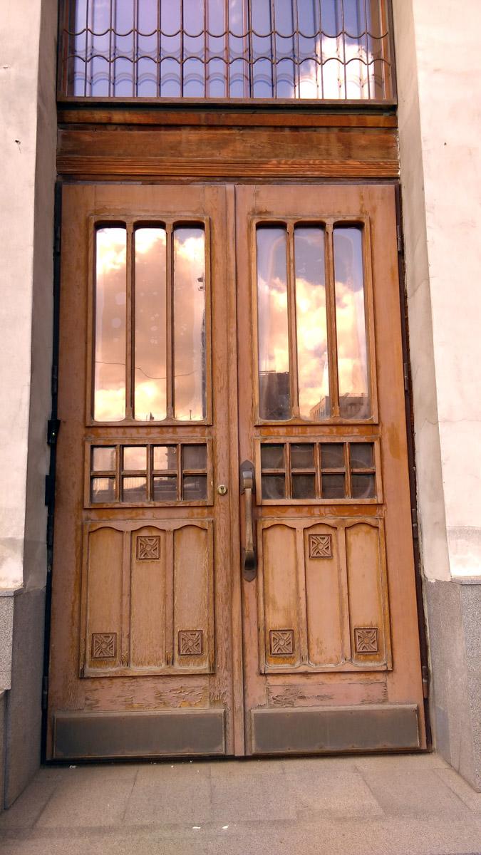 Дверь, похоже настоящая.