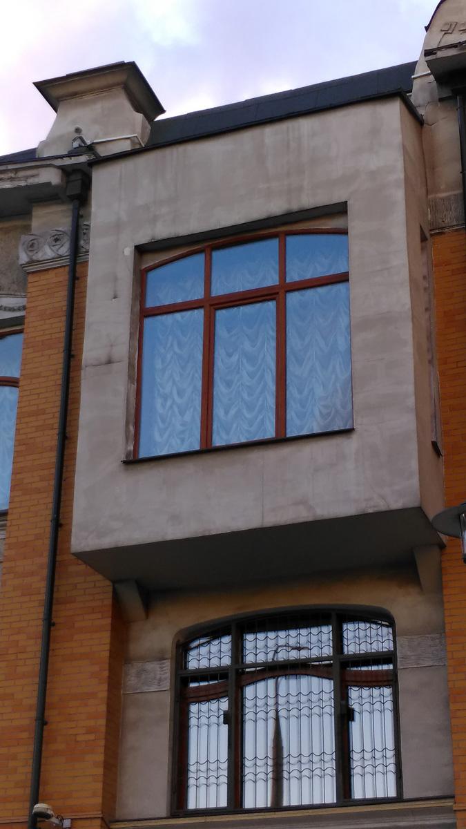 Раньше эркер и окно были другой формы с красивой лепниной и, разумеется в едином стиле с домом. Теперь это просто безликий плоский параллелепипед, похоже, слепленный из листов гипсокартона.