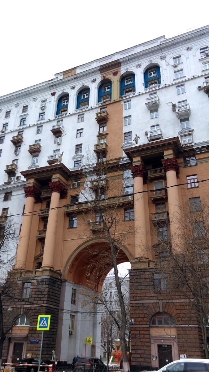А напротив радует глаз десяти-четырнадцатиэтажный пятнадцатиподъездный кирпичный жилой дом. Построен в 1936–46 годах. Архитектор Г.П. Воробьёв.