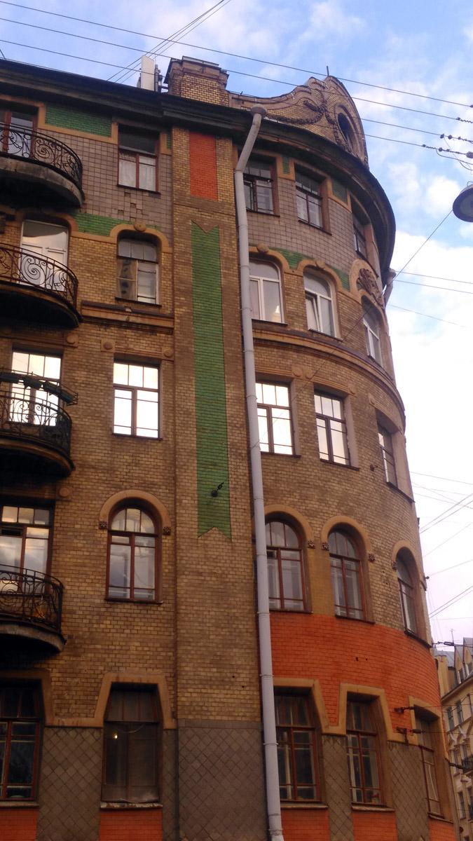 Окна каждого этажа имеют индивидуальную форму