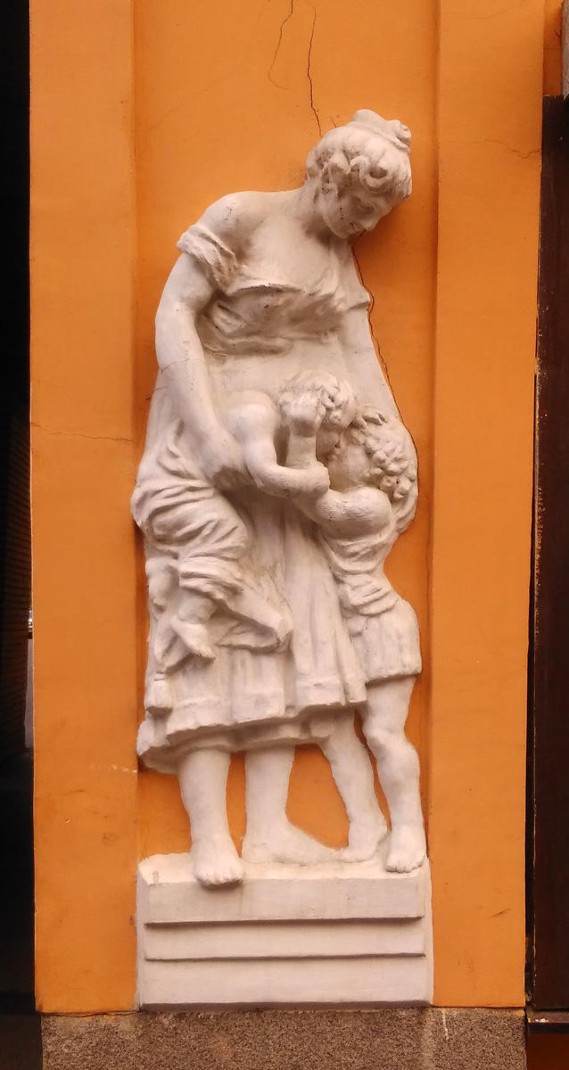 Внизу на одном из фасадов горельеф мамы с детками...