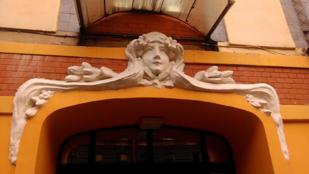 Но главное украшение дома, это две Лорелии над арками парадных.