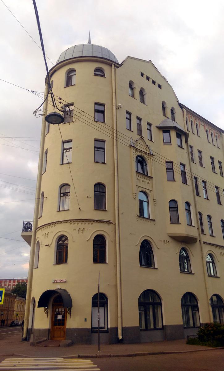 И сразу, добавлю еще один Доходный дом Станового, который расположен на следующем перекрестке Мытнинской улицы. Это дом номер 5/2 построенный в стиле модерн с элементами неорусского стиля.