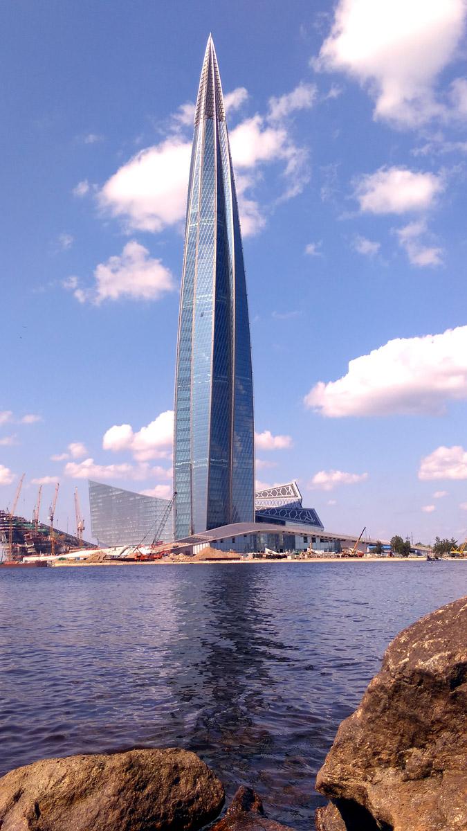 Высотное здание Лахта-Центра. Высота 462 метра. В РФ выше только Останкинская телебашня. Обратите внимания на краны у подножия башни, для понятия масштаба.
