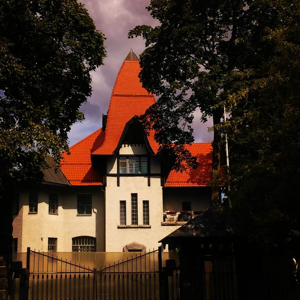 А напротив расположен Особняк Э. Г. Фолленвейдера.