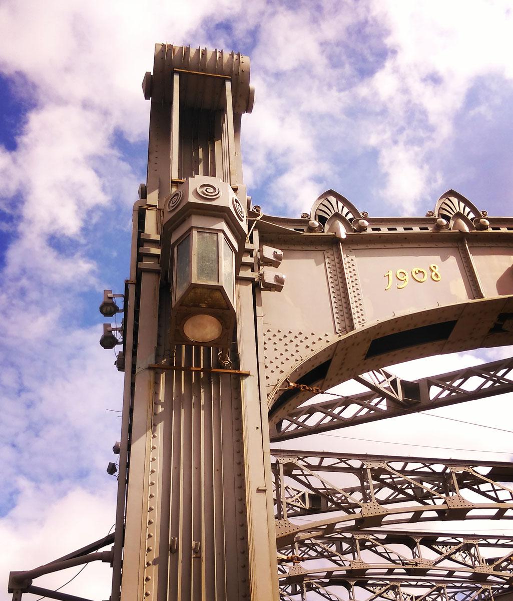 Большеохтинский мост. Строительство начато 26 июня 1909 года. 26 октября 1911 года мост был открыт. Первоначально он был назван мостом Императора Петра Великого. Общая длина моста 335 м, ширина 23.5 м.