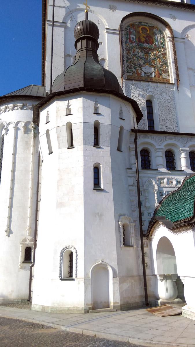 Федоровский собор был построен в честь 300-летия царской династии Романовых в 1913 году в Санкт-Петербурге, недалеко от Московского вокзала. В то время, можно сказать, на отшибе... Освящен в том же году, но использовался по прямому назначению не долго.... Гораздо дольше здесь работал молокозавод.