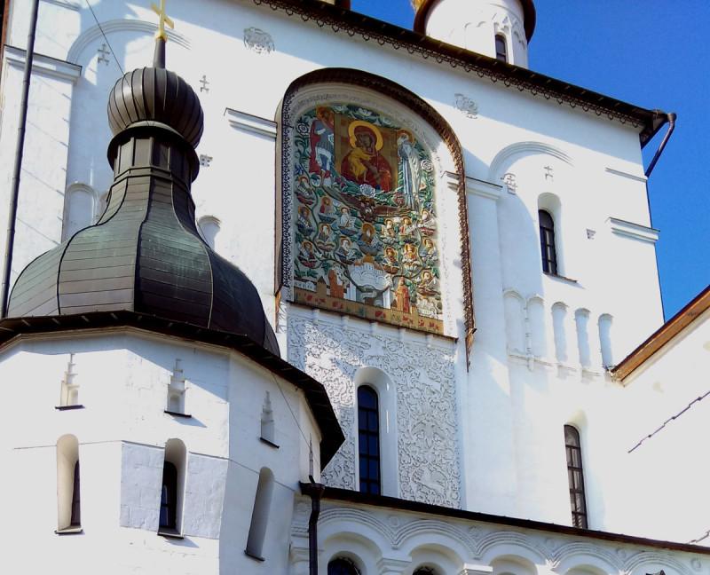 После революции посещаемость собора постепенно уменьшалась, соответственно средств на содержание и ремонт перестало хватать. Приход Феодоровского собора прекратил свое существование, а храм был закрыт по решению Президиума Леноблисполкома от 10 мая 1932 года.