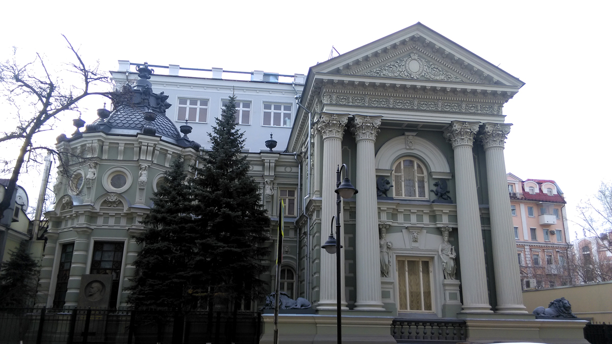 Бывший особняк М.И. фон Рекк. Построен в 1897 году.Архитектор С.В. Шервуд. Здание известно как «Дом со львами на Пятницкой». А напротив, бывший доходный дом В.П. Смирнова «Дом с орлом».